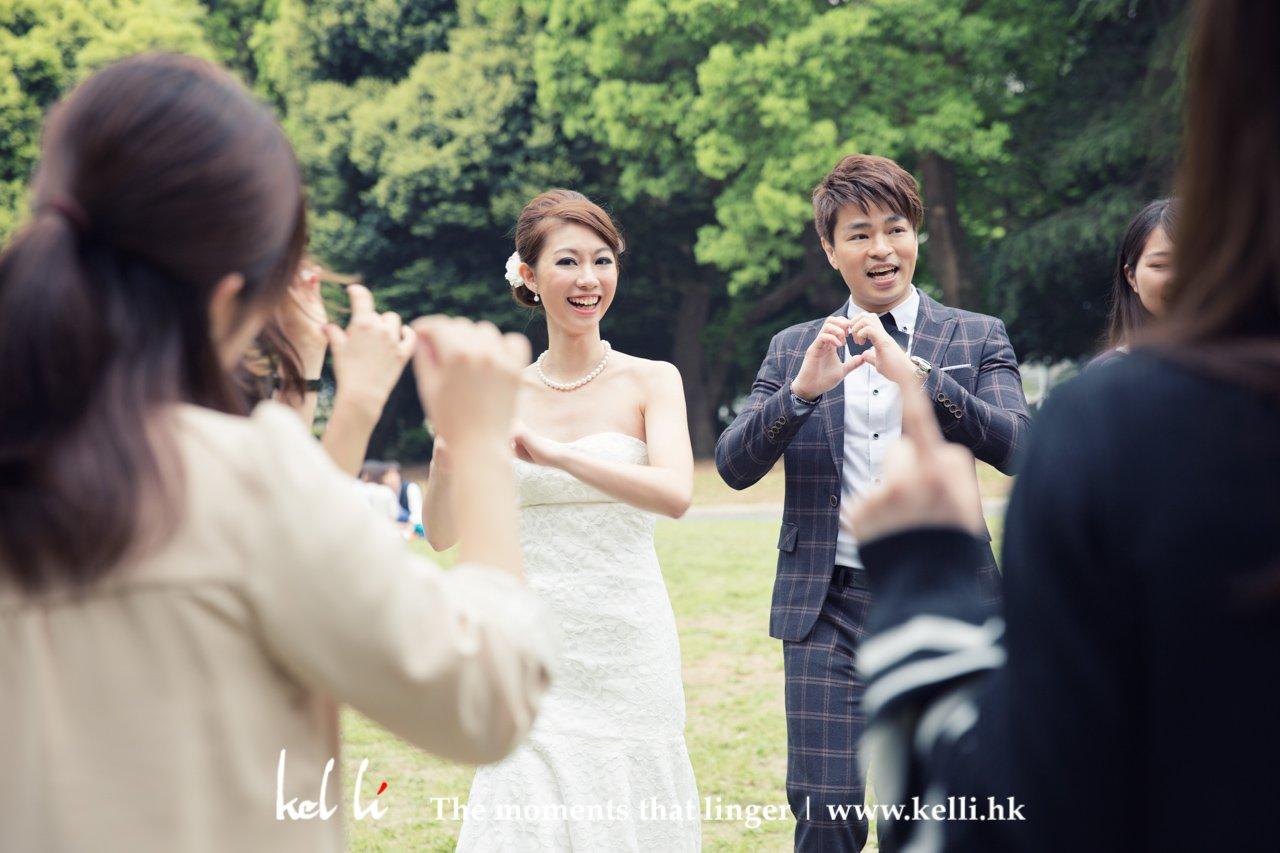 在東京日本人在假期都很喜歡在公園坐著聚會、賞桵花,香港人就沒這種環景。見到一群東京女孩在跳著舞,於是我就厚著面皮拉新人一起去舞,他們是題得高興也帶點怕醜 ^^