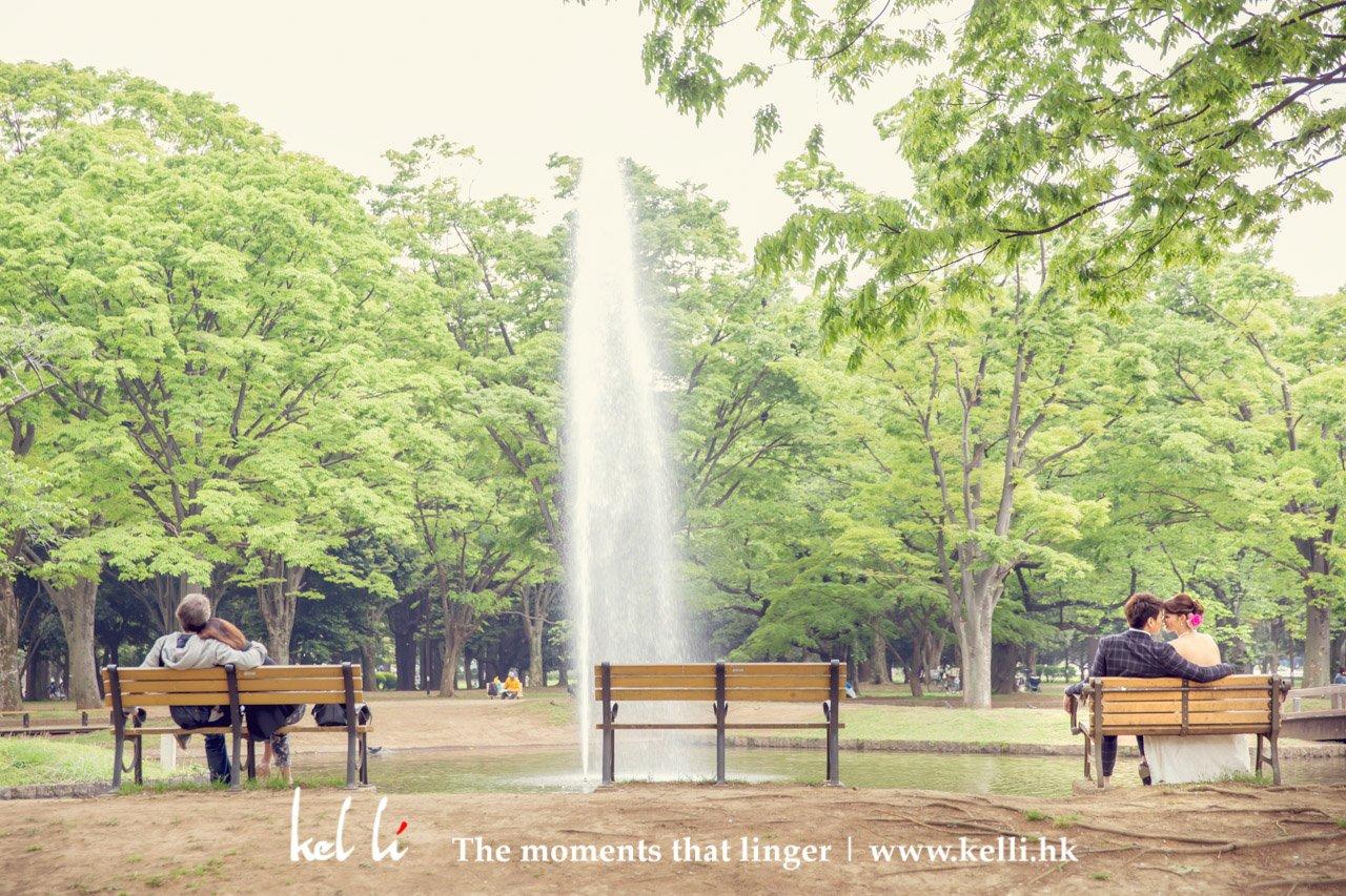 一對新人與一對年長的日本情侶,在同一椅上互相依著,這種機會也是可遇不可求
