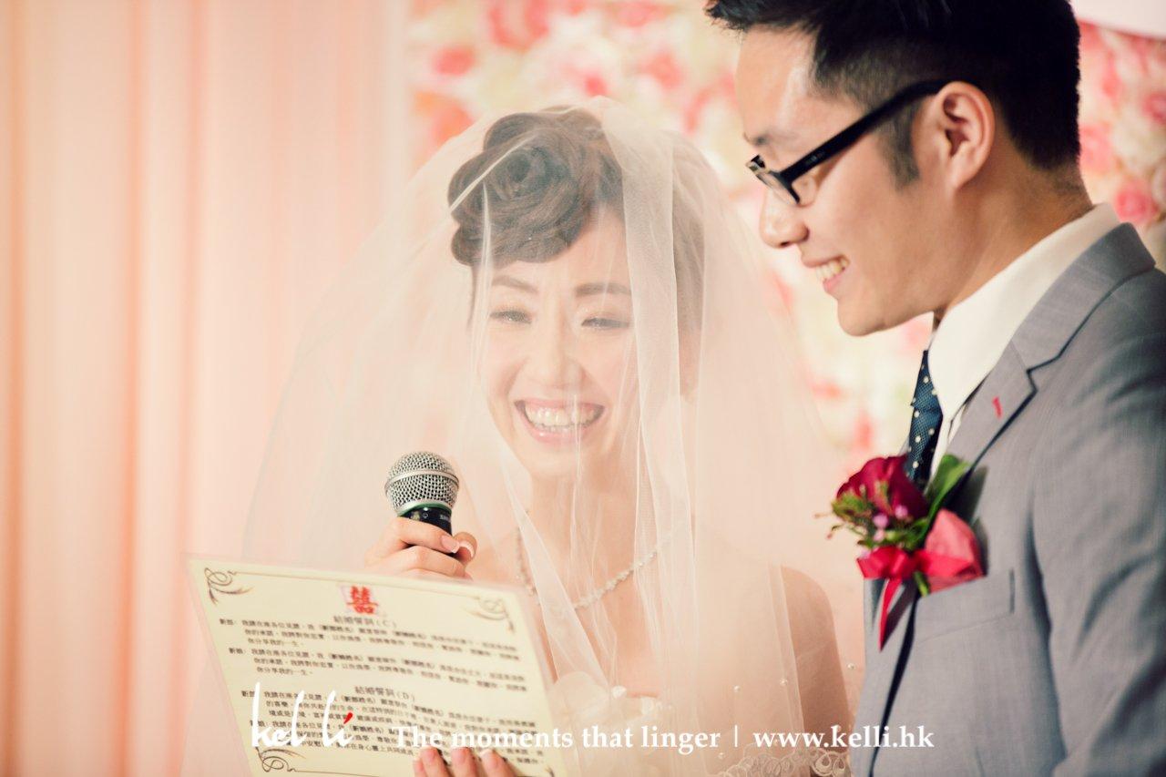 新娘與新郎註冊時宣讀誓詞
