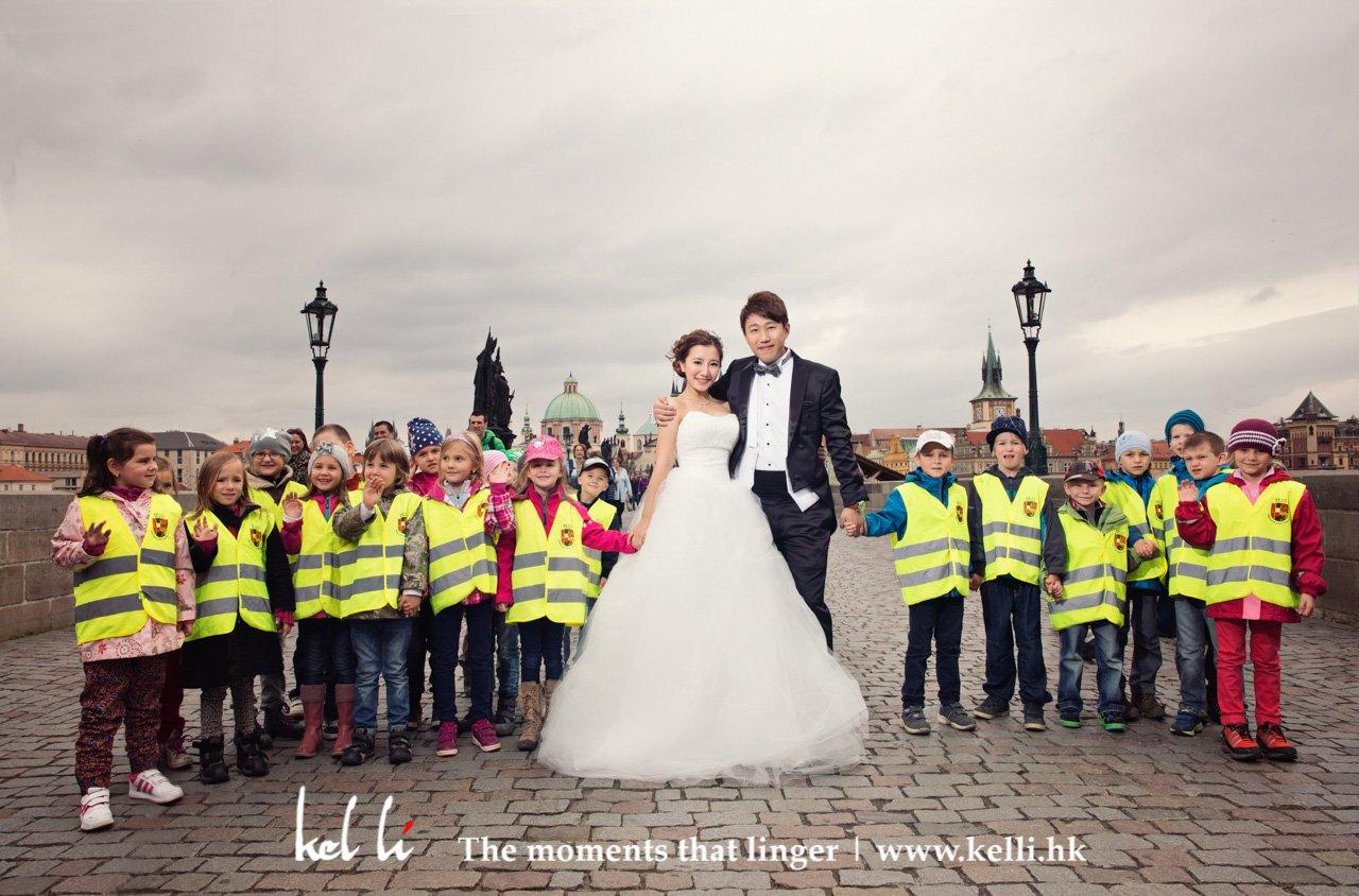 一群可愛的小朋友與新人合照, 查理橋的婚紗攝影 | Prewedding in Charles Bridge in Prague