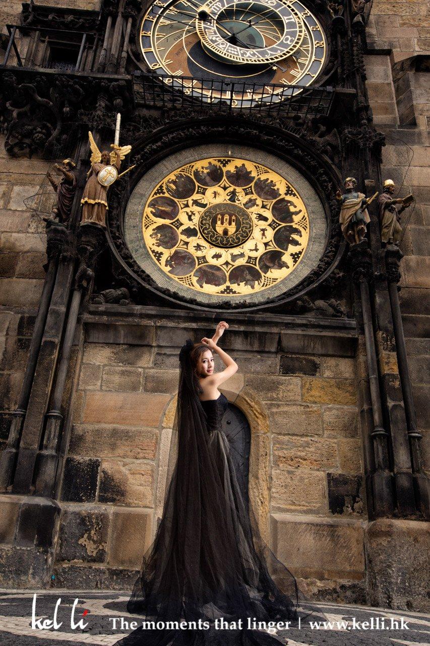 布拉格天文鐘下的準新娘擺出優雅姿勢