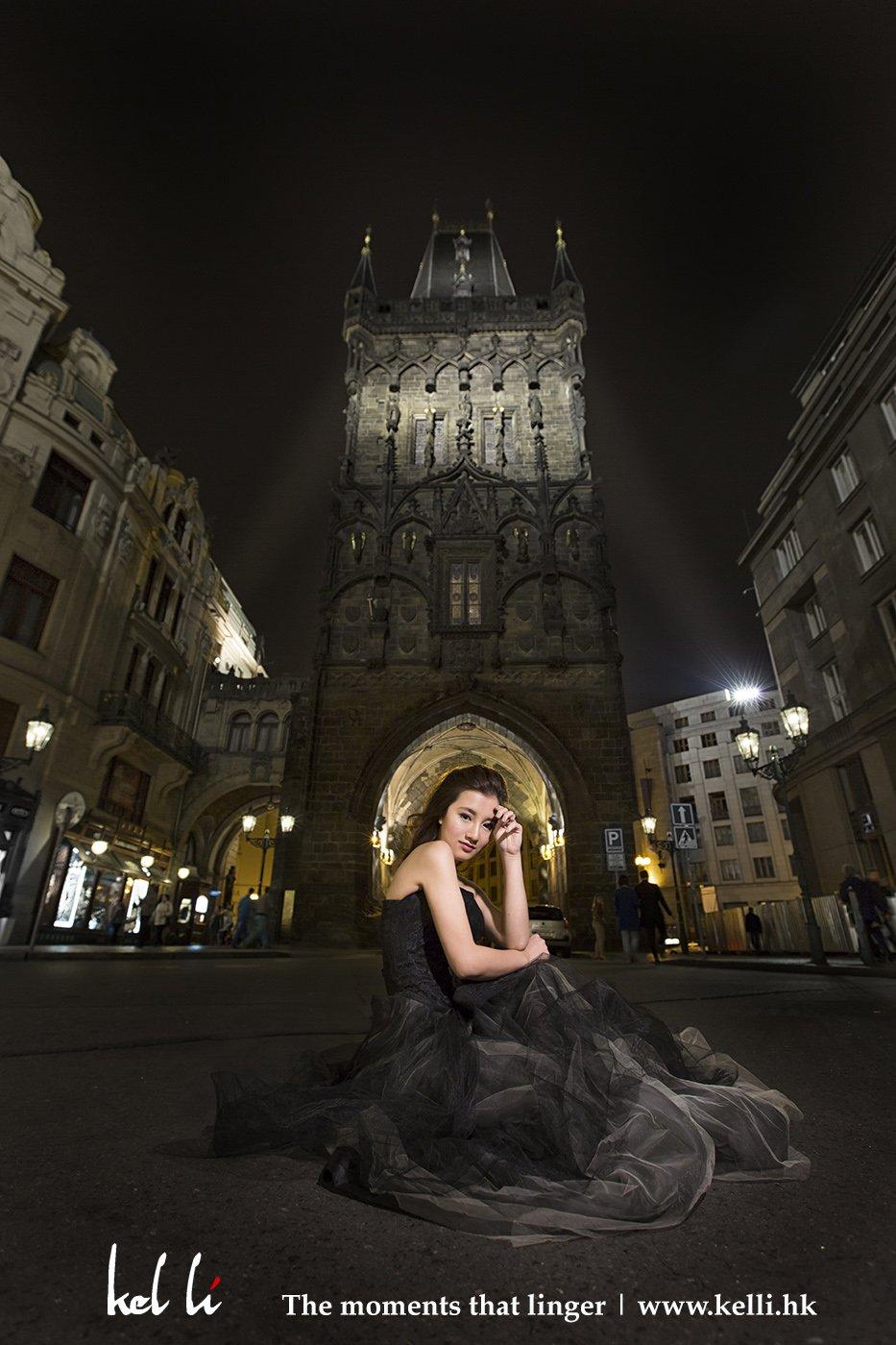 新人在布拉格動人的夜景襯托下,更加動人   Prewedding phtoos at night in Prague. It's simply beautiful.