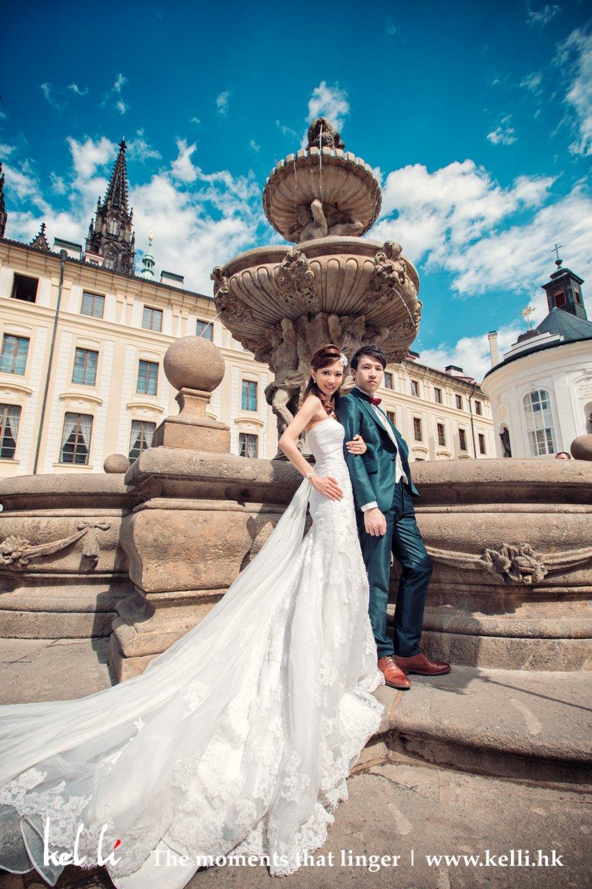 在布拉格的城堡區裡,再襯上蓋天白雲,美極 | Prewedding in Prague Castle
