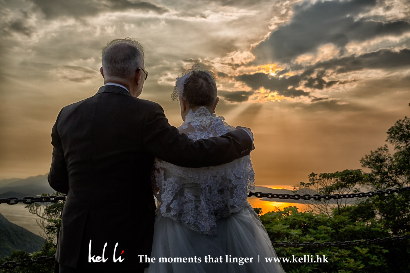 我們一生有不同的追求,到了後來才體會到平淡是福,老來能與另一半依偎看著日落才覺得是最幸福的