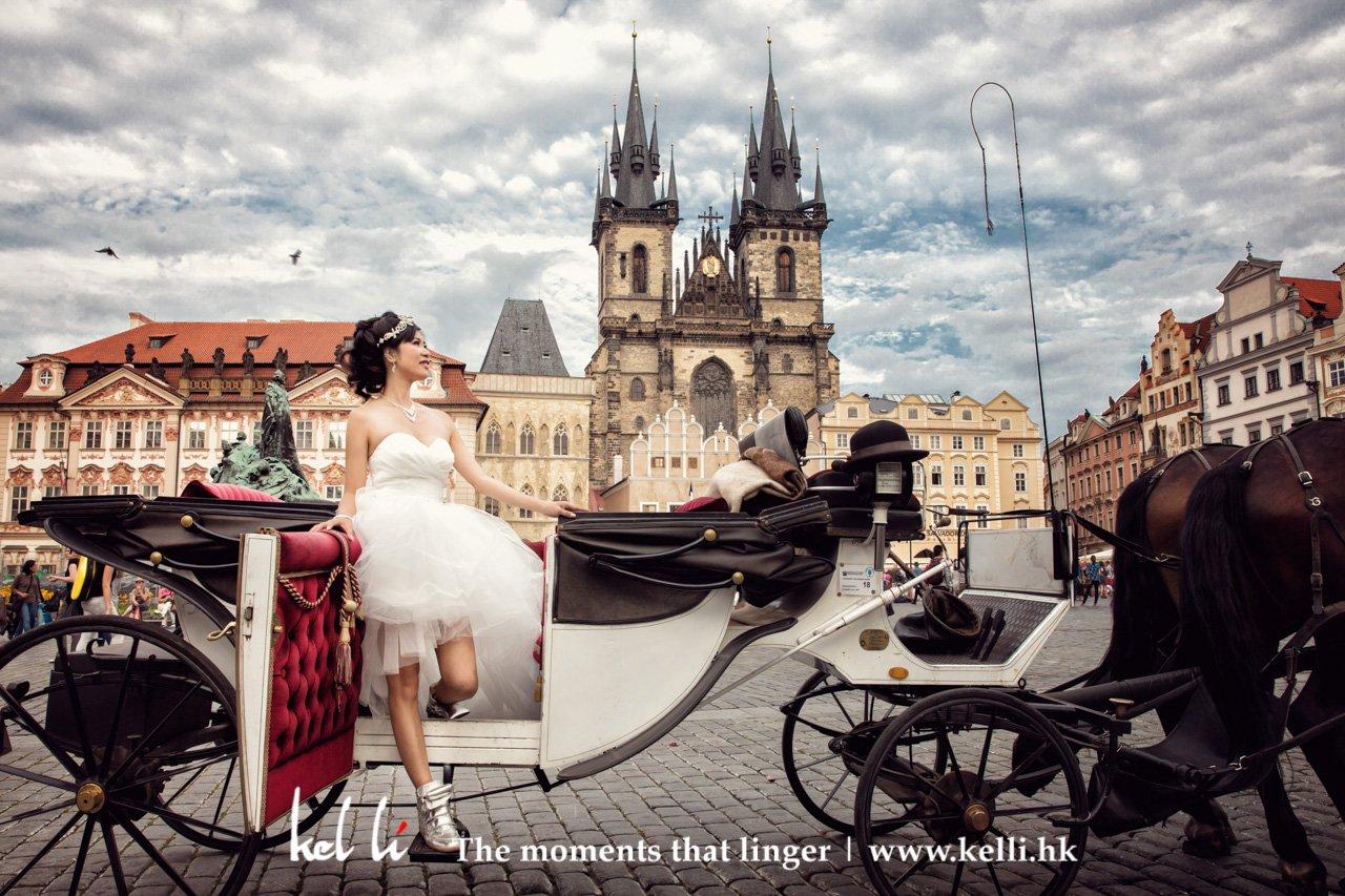又是另一幅像么魔法王国里的场景的婚纱照