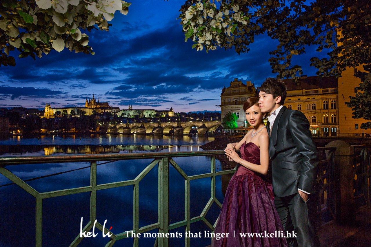 新人在迷人的布拉格夜景襯托下,分外迷人 | Prwedding photos at night in Prague