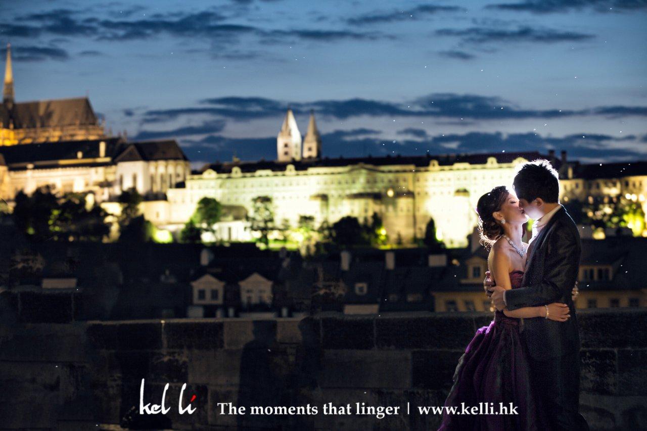 這布拉格的城堡夜景十分迷人,連新人也沈醉於當中   The nightview of Prague is just beautiful