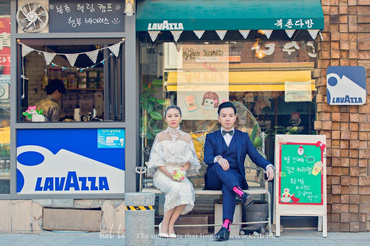首爾街頭碰到好colorful既店鋪放左張長椅,我當然唔會放過