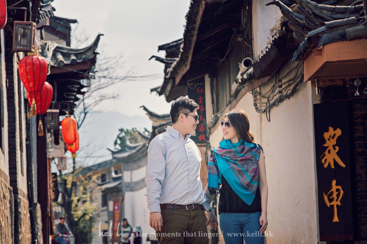 走在丽江的小巷