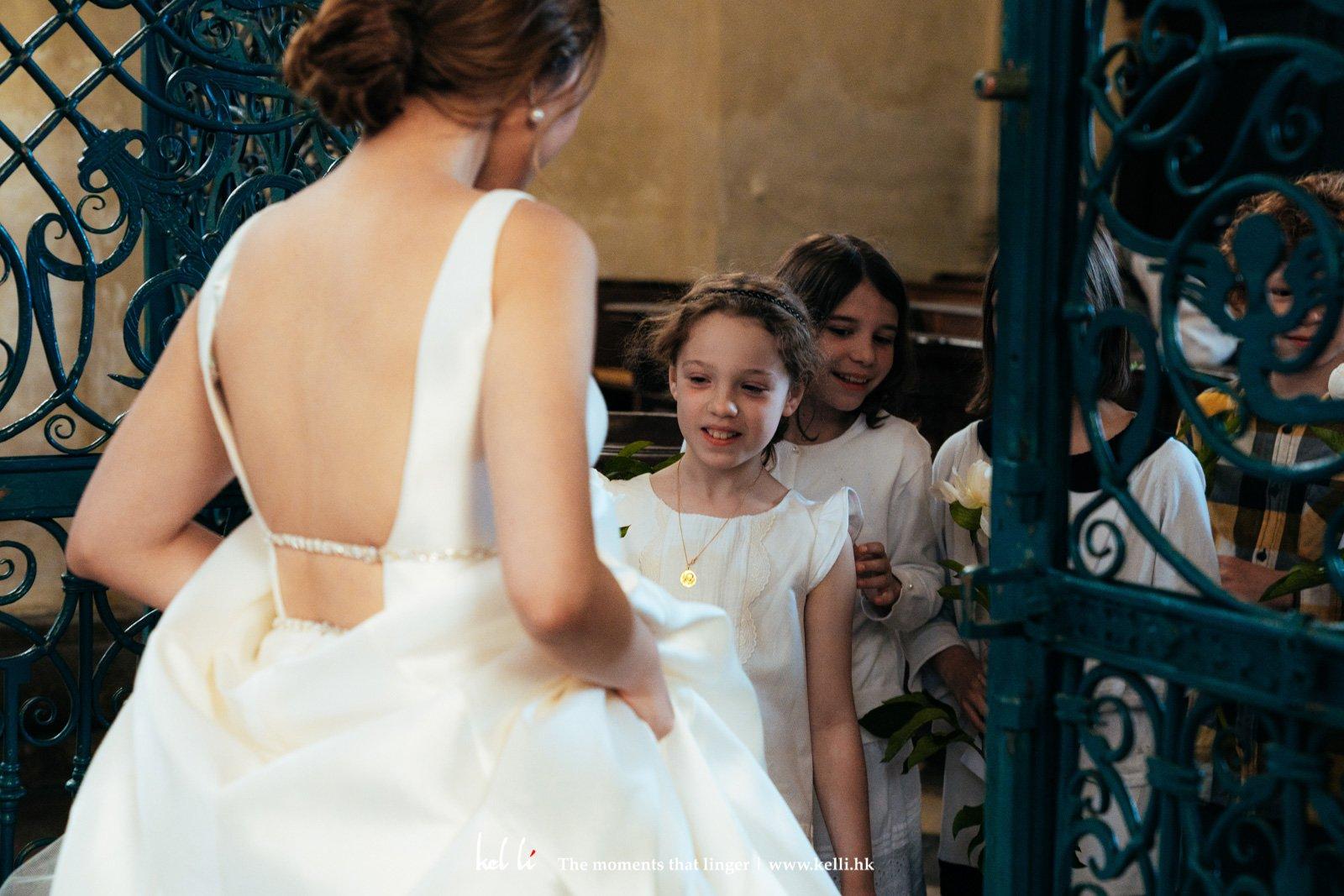 小孩子送花祝福正在拍攝pre wedding的近娘子
