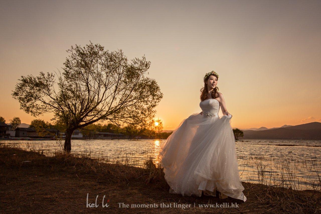 新人在丽江日落下的婚纱照