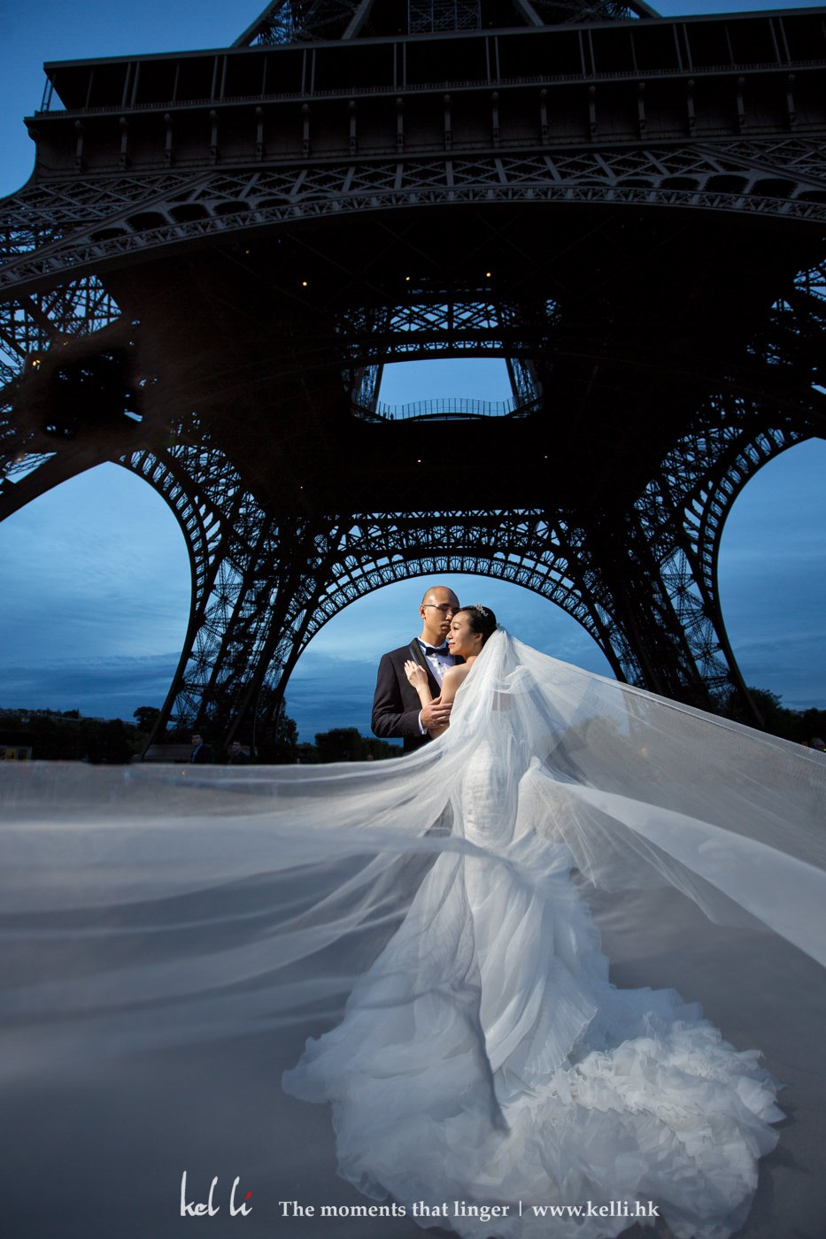 新人在巴黎鐵塔腳下