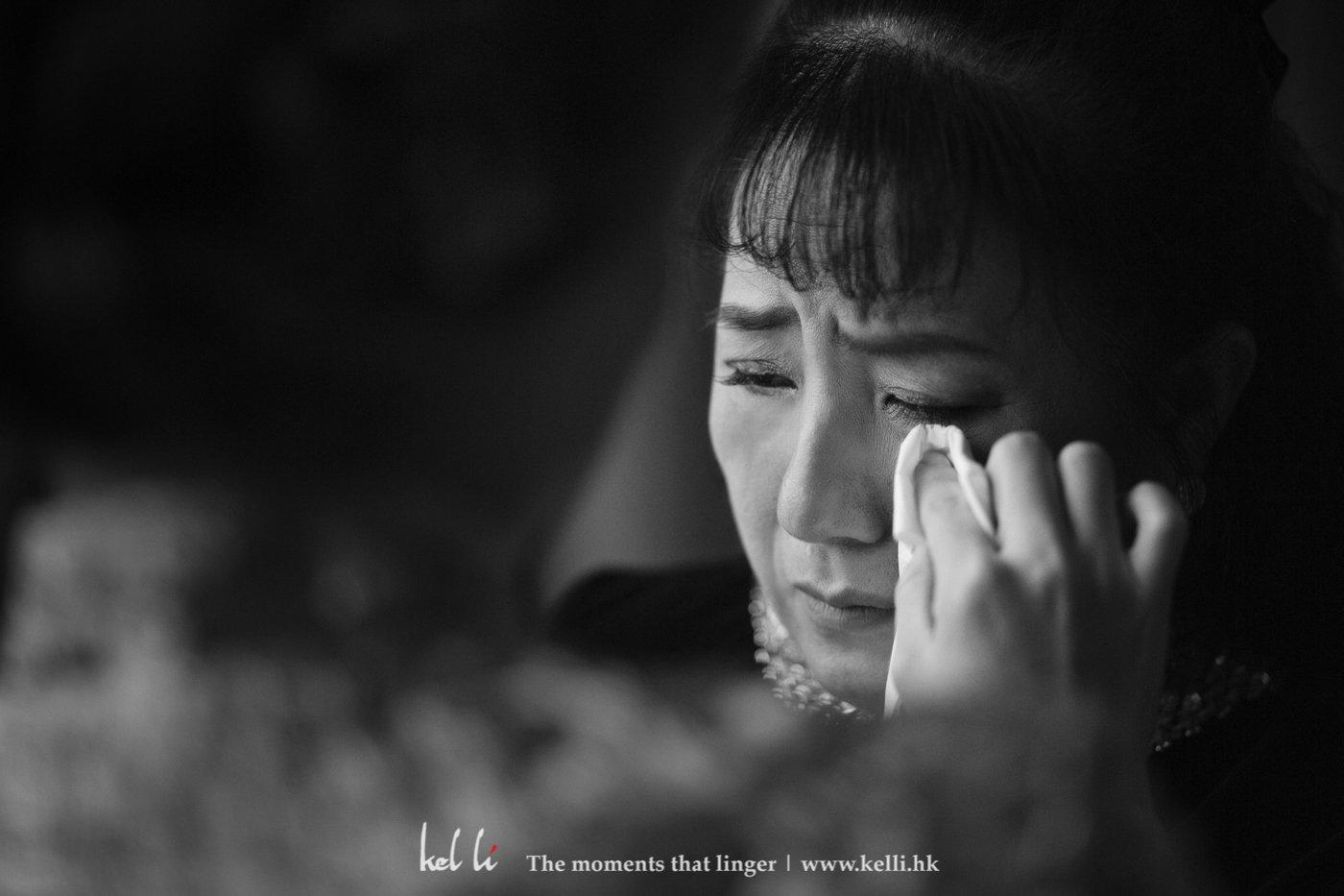 媽媽流淚的時候,新娘也很溫柔地將媽媽臉上的淚水抹去,很溫情