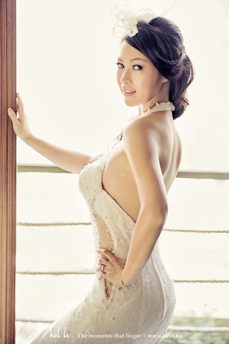 這是新娘喜歡的其中一張相片,光線刻畫了新人的美好身型