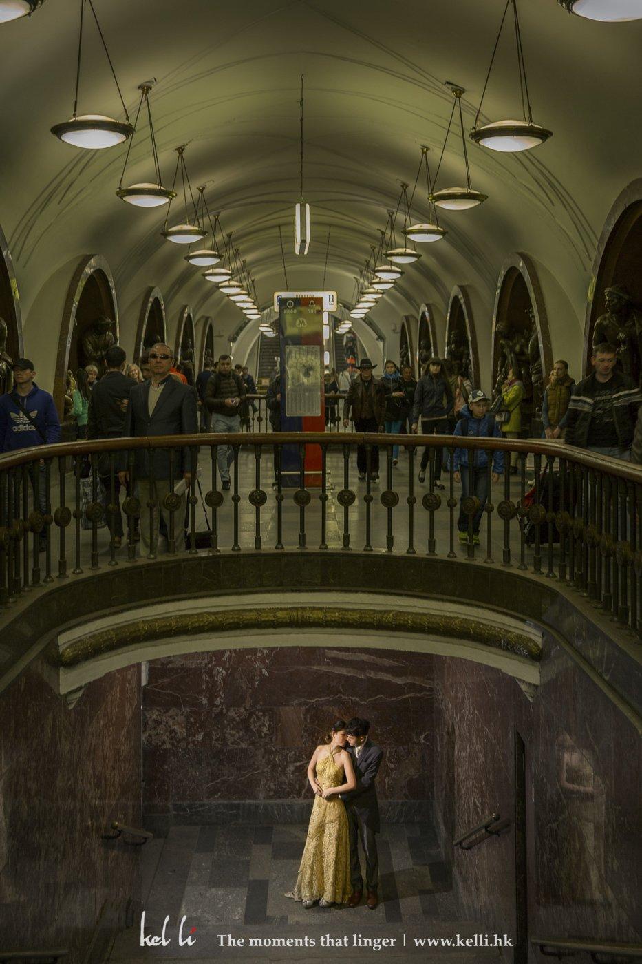 很有趣的畫面,上邊行人來來往往,下邊卻只有倆人的時刻
