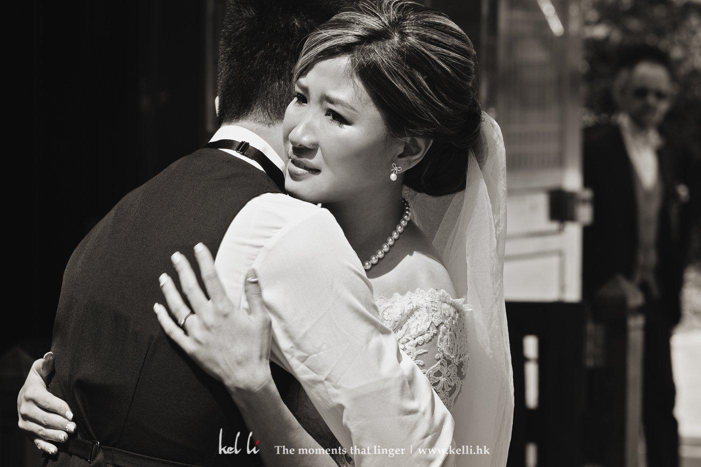 由於新郎在外國長大,所以在新娘穿上婚紗時也按外國習慣,拍攝穿上婚禮後的新娘,第一次見到新郎的情景,新娘再次落淚,很喜歡這儀式