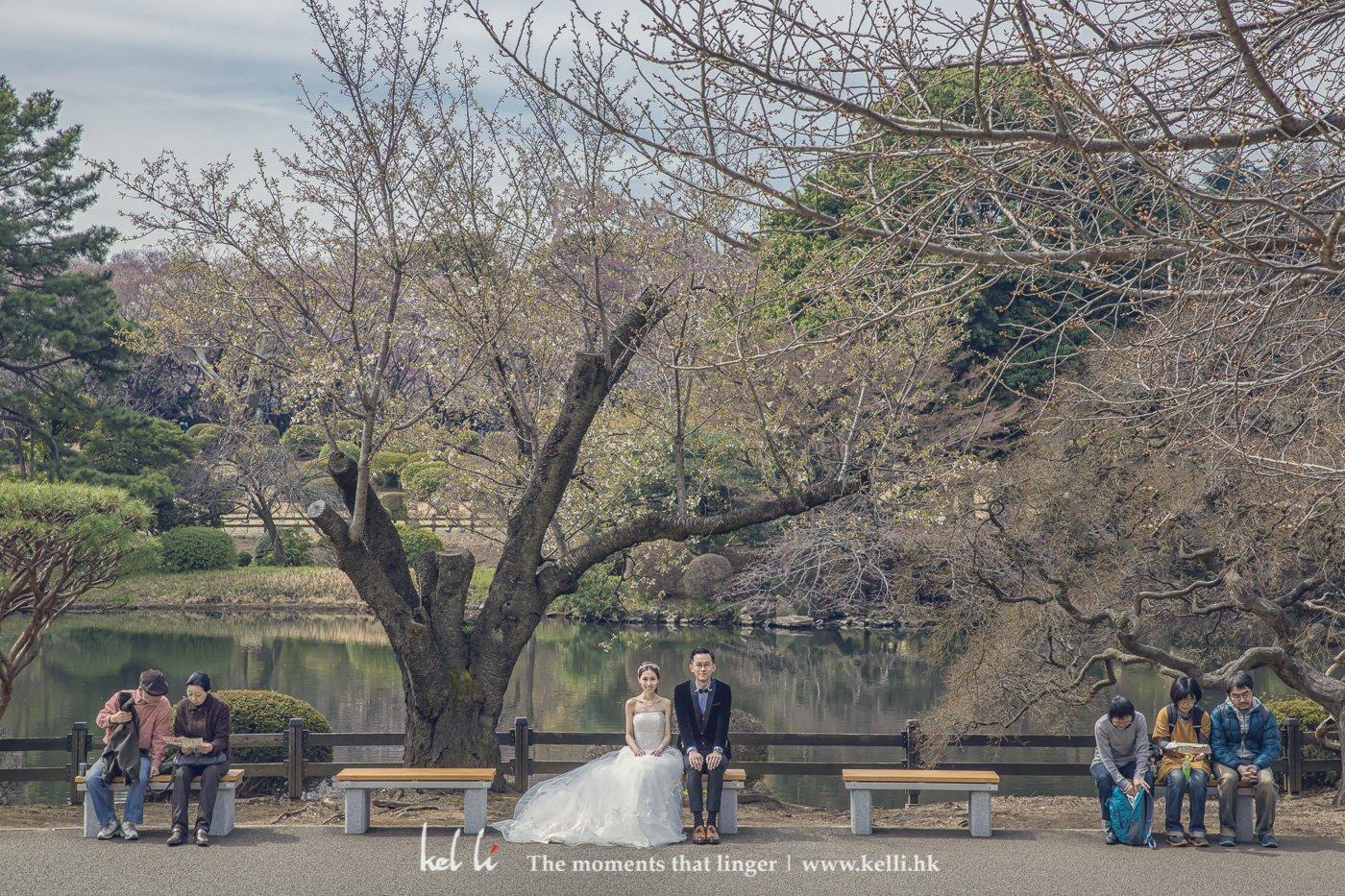 這是我們海外婚紗拍攝時偶爾會用到的拍攝手法,就是用現在人仕去視托新人,在這張相裡,新人坐在東京的公園裡,左右倆邊都是遊人,更突顯中間的新人