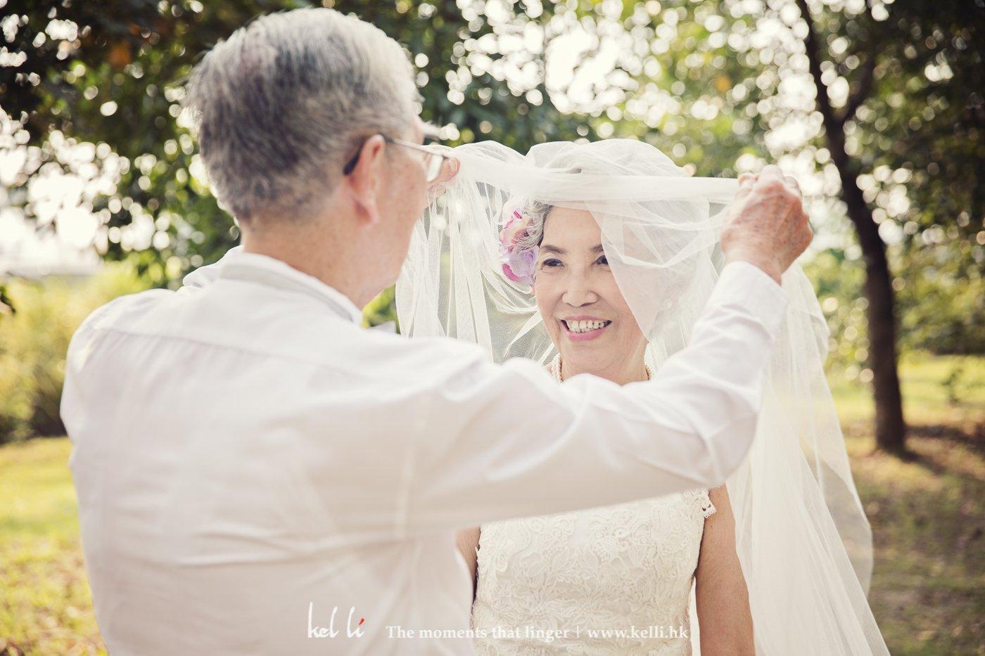 總是覺得掀頭紗浪漫、是感動的,當年杜伯伯與杜太太並沒有拍過婚紗,更沒有進行西式儀式,所以趁這次拍攝實現這畫面
