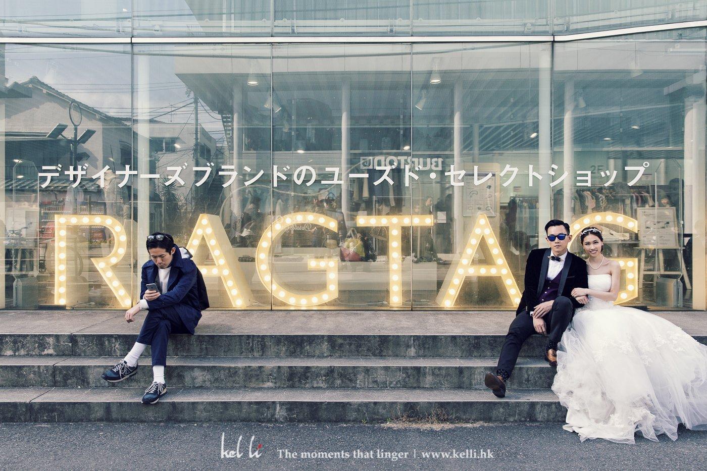 東京的服裝店門口拍攝,大城市當然不能所有相片都沒人,有時候將路人加進婚紗相片裡,也很有意思。