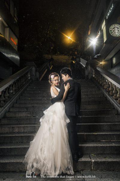 在極具香港特色的煤氣燈襯托下這對年輕新人份外美麗