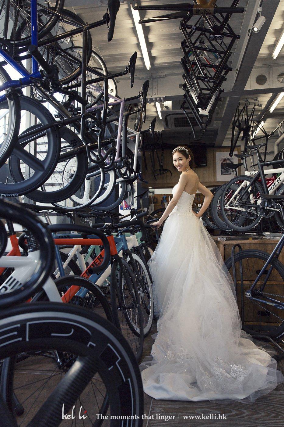 我們在一家單車店裡借用場景來拍攝