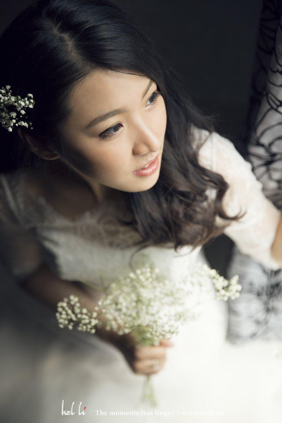配合灯光, 显得漂亮的新娘子份外美
