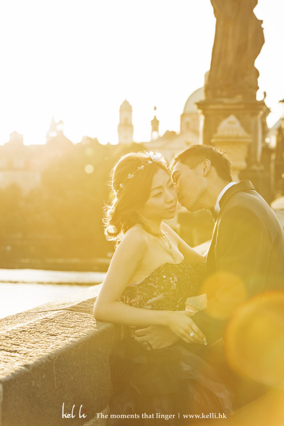 日出的布拉格,令這婚紗照片更添溫馨