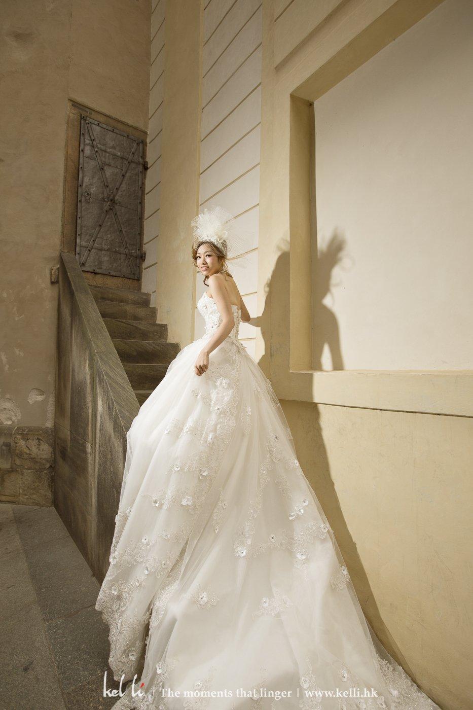 站在长楼梯更能带出长拖尾的婚纱