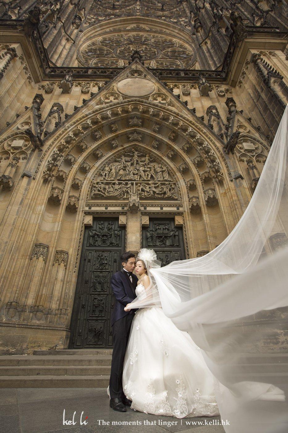 宏伟的圣维特大教堂,吹著很大风,这时的头纱就能更有不同的型状