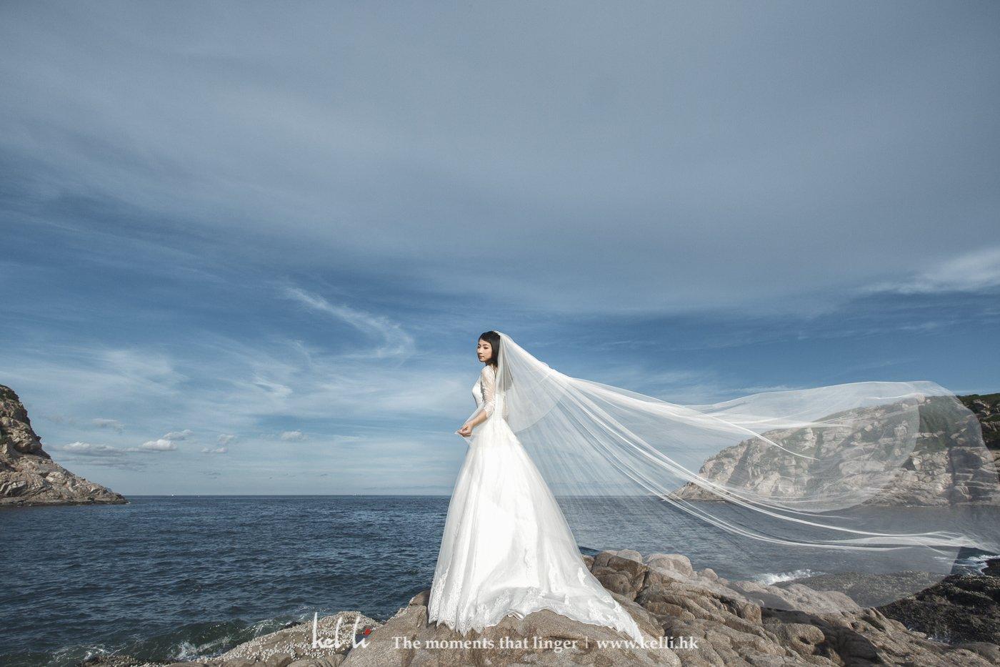 对于头纱我们很讲完,因为好的头纱在拍摄上更能带出那种飘逸及轻盈,所以每次拍摄婚纱照我们都能带备长头纱作拍摄之用。