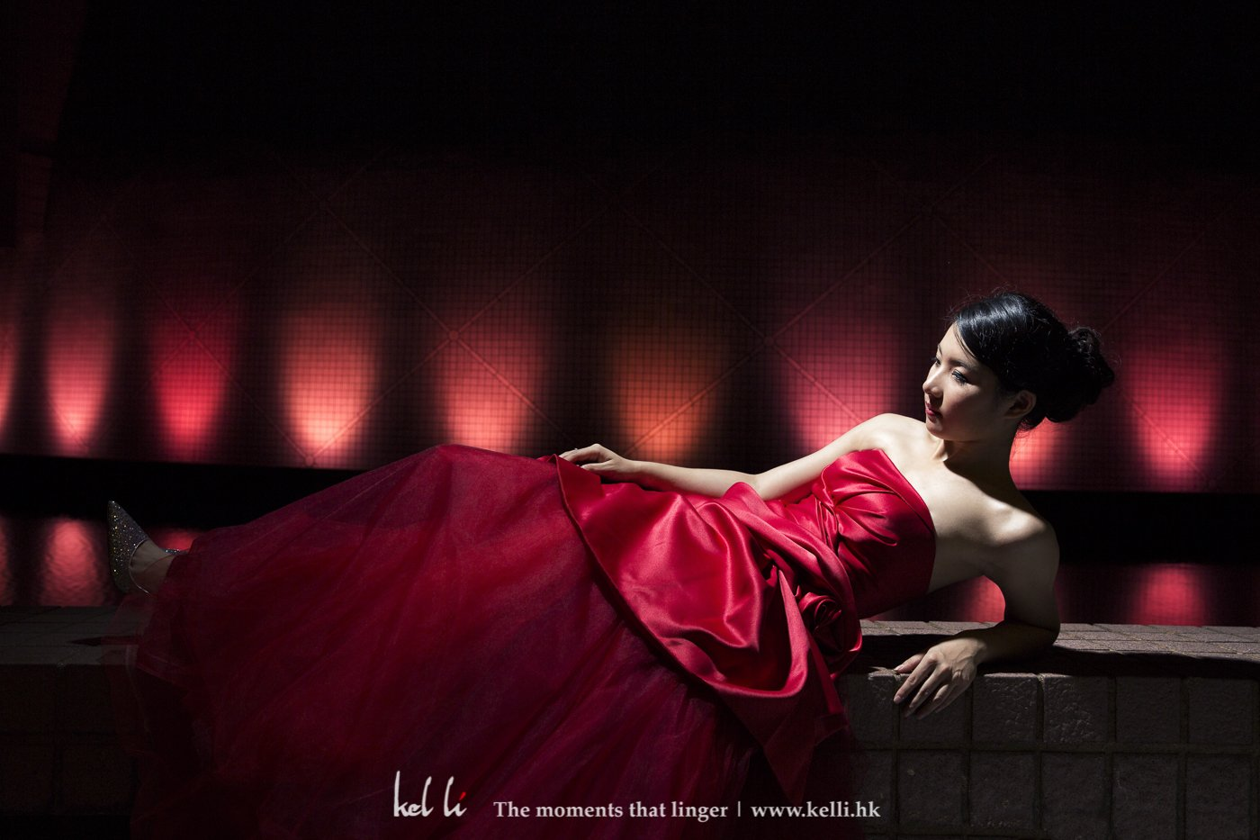 背景是走馬燈型式的轉換顏色,找到合適的就可以拍下這婚紗照