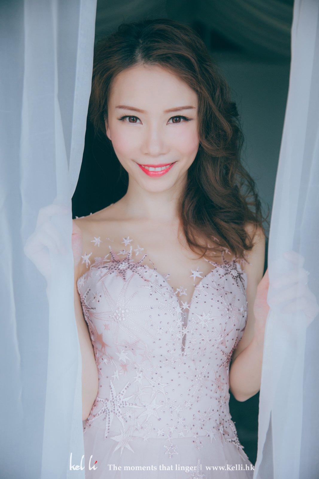 窗紗邊的婚紗相
