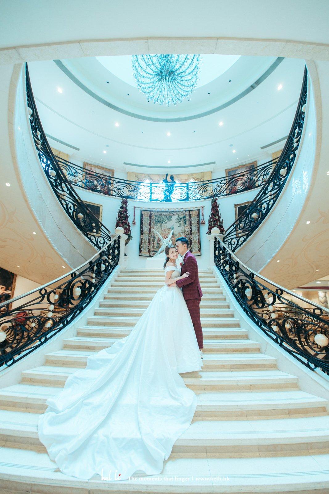 樓梯與大'拖尾'婚紗的完美配合