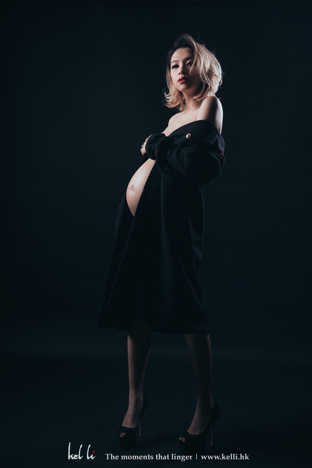 這位時尚孕婦,穿起大軍褸,更具現代感