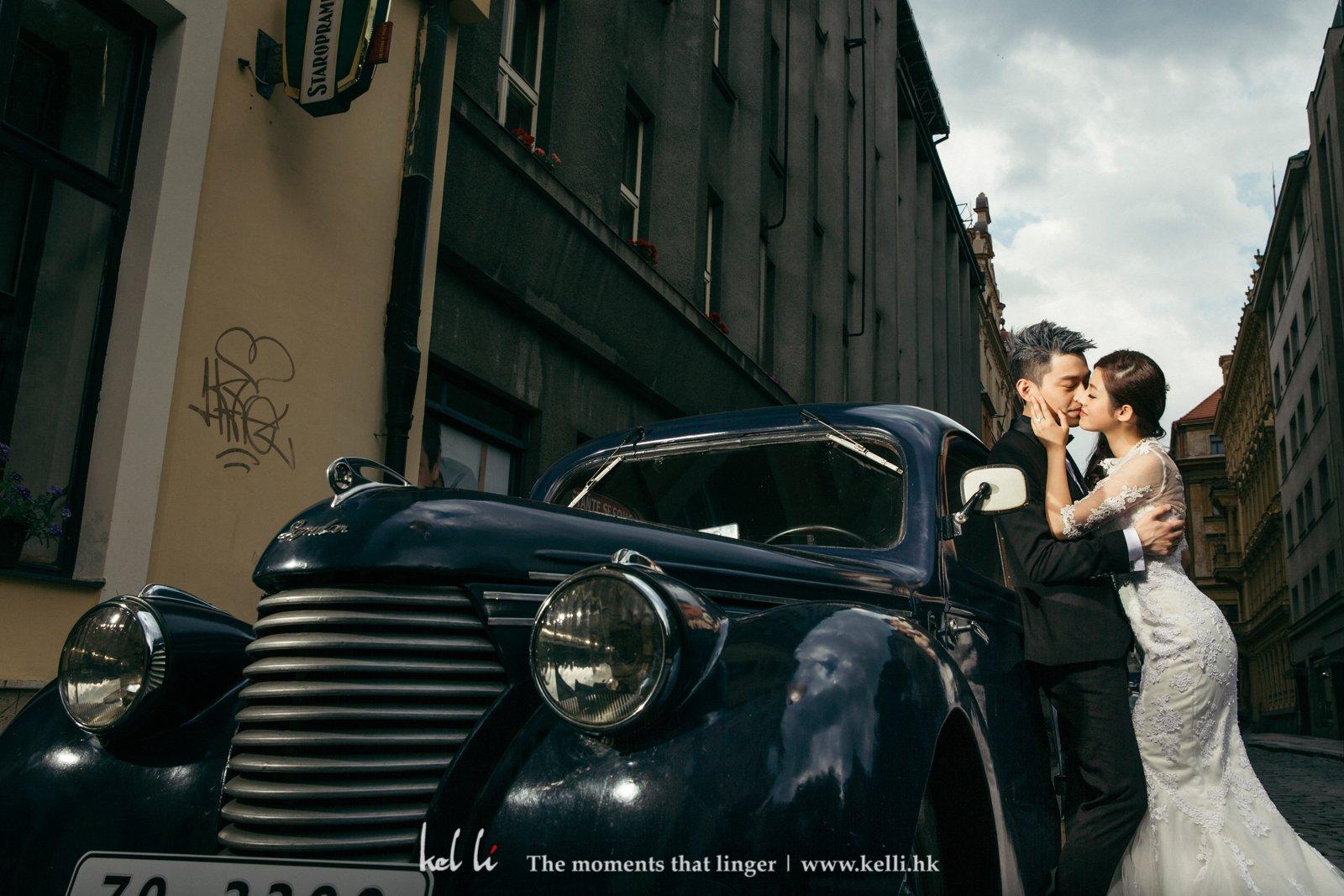在布拉格街頭拍戲用的古董車