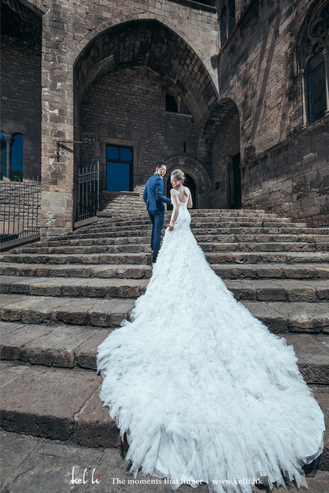 長拖尾的婚紗能帶出超現實的華麗感