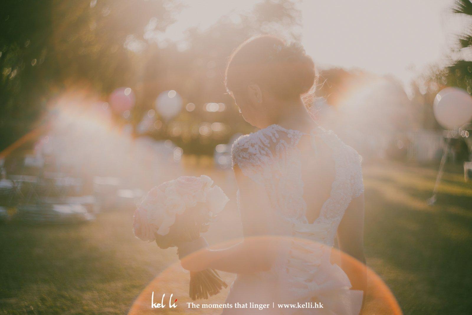 走著帶出優雅和暖感覺的婚紗照