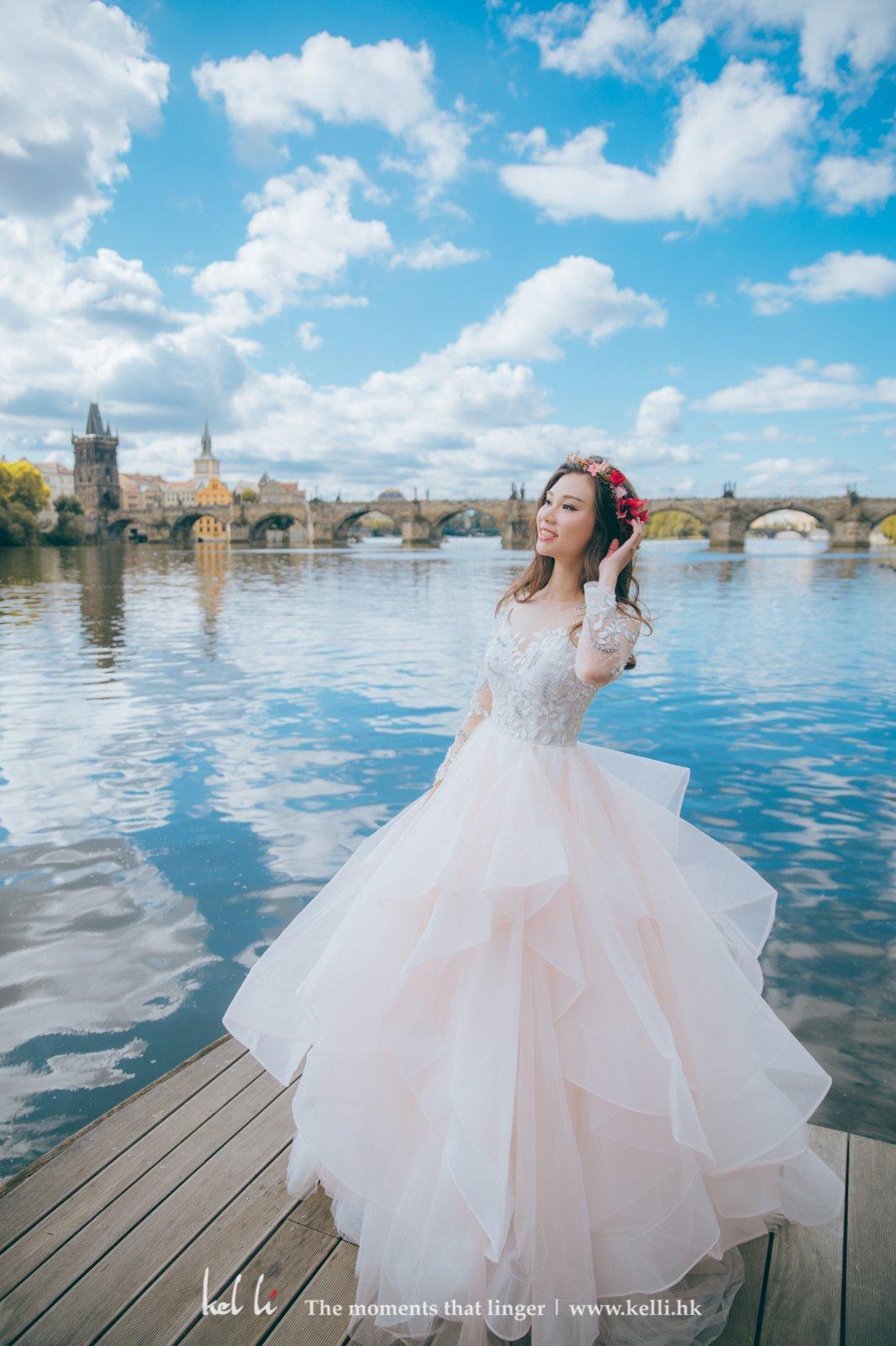 查理大橋、天鵝湖、淺粉紅的婚紗,浪漫爆表。