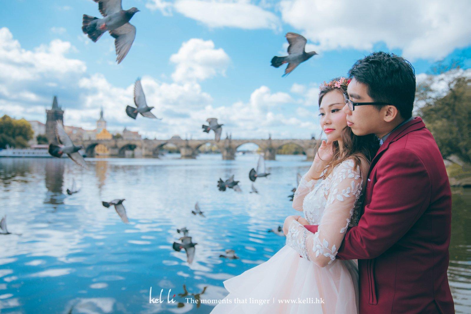 在查理大橋前的鴿子們展翅高飛,仿佛為這對新人送上祝賀