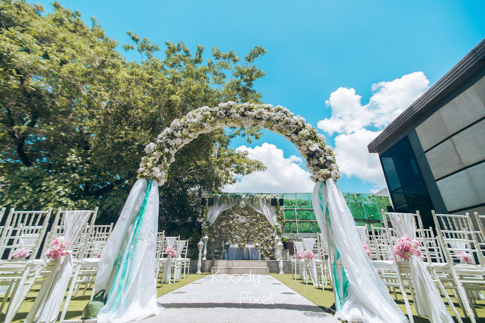 盡管當天在炎炎夏天,但戶外證婚場地卻能帶出更清新的婚禮
