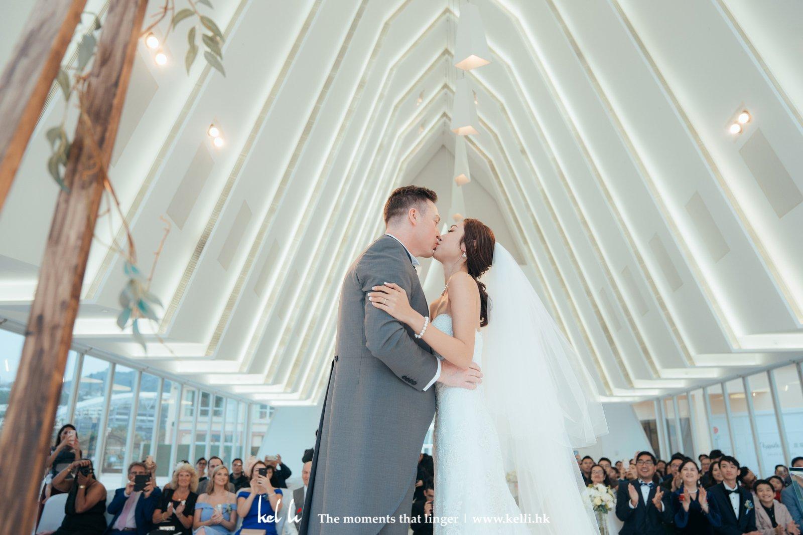 教堂進行的婚禮,掀下頭紗,輕吻新娘的一刻