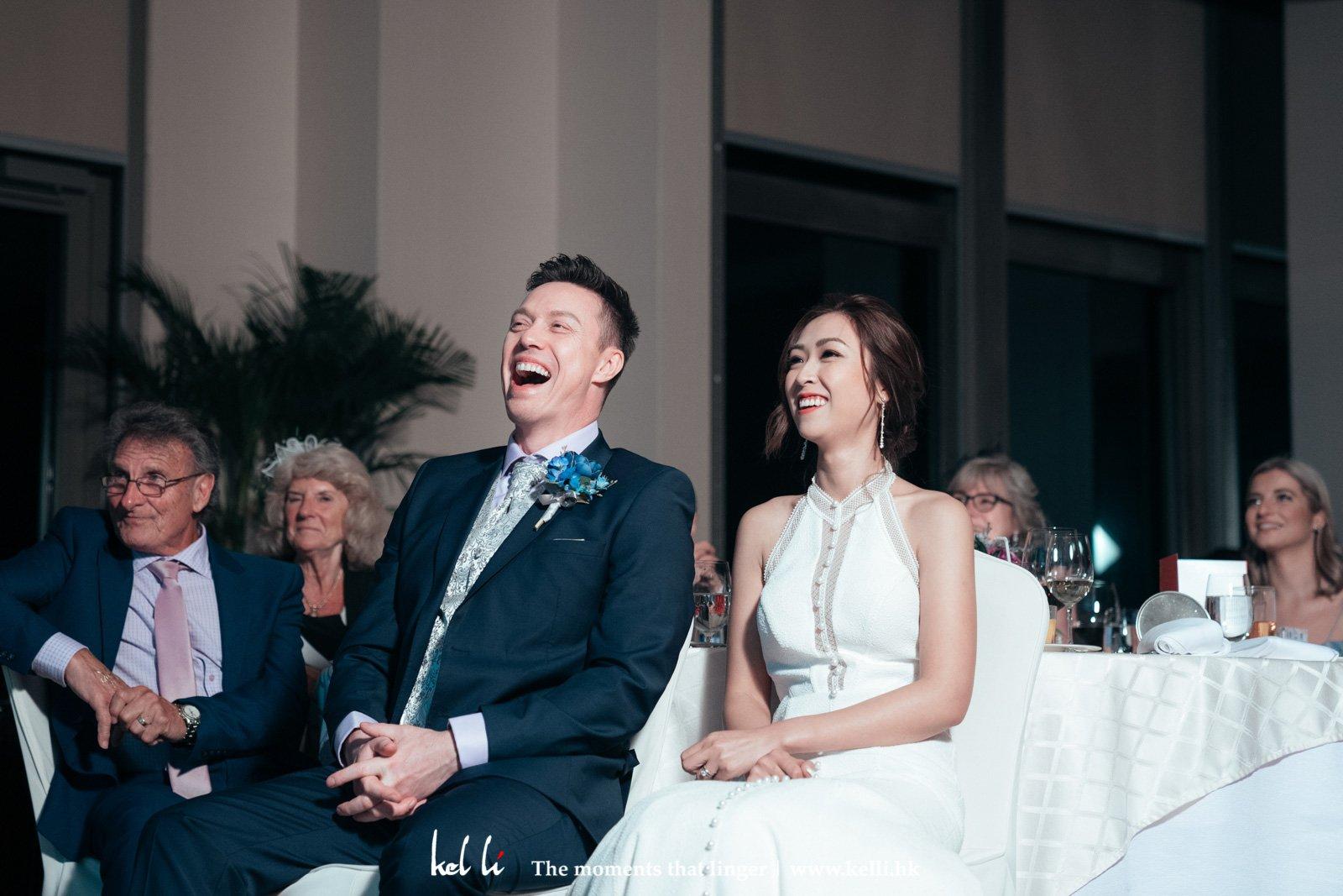 看著當天婚禮的slideshow有趣的畫面,不禁大聲起來