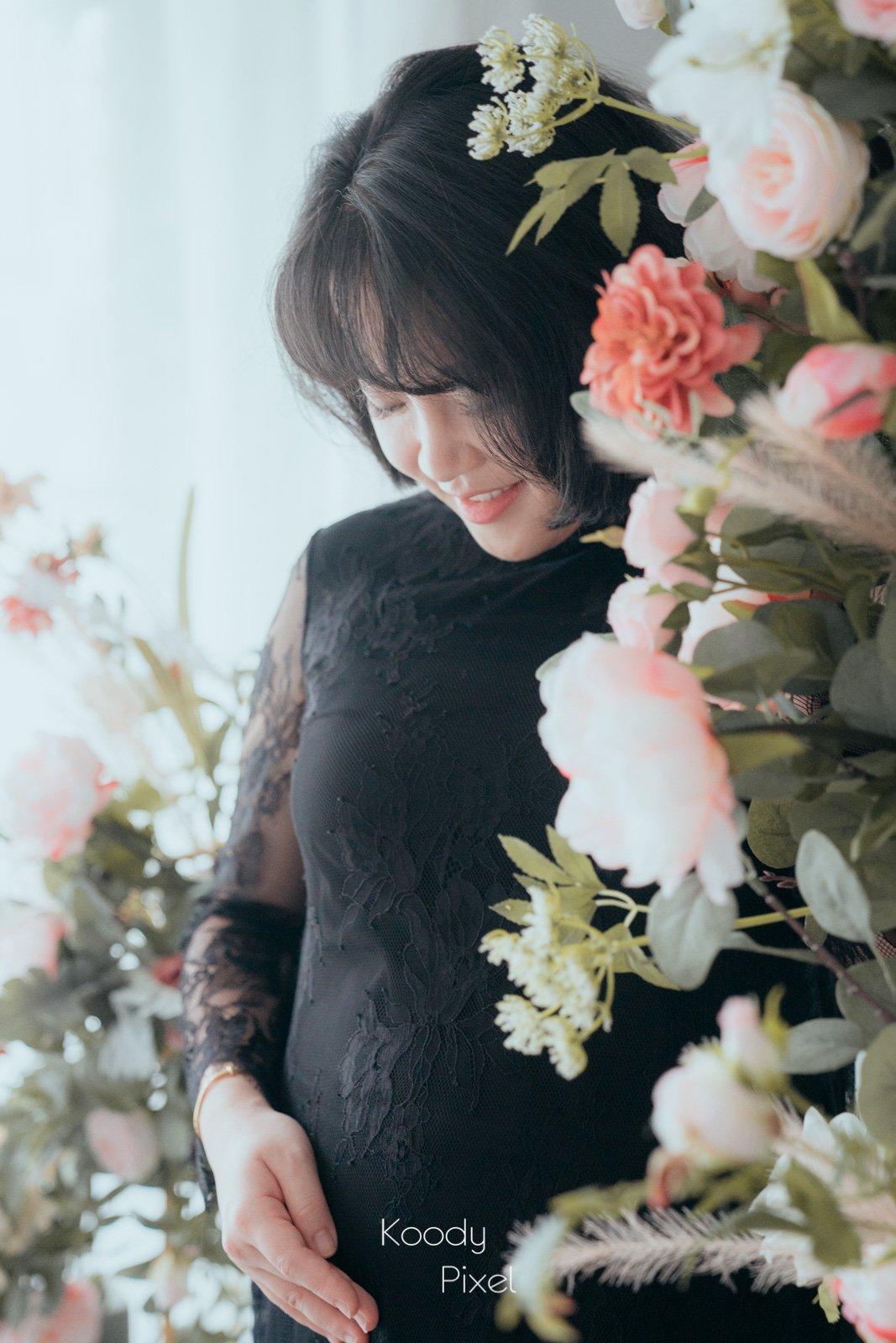 黑色孕婦裙配搭花,又帶出另一種優雅。