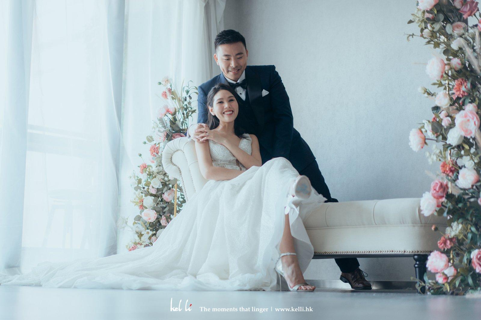 自然光線配上簡潔花牆,拍上溫馨而有溫度的婚紗照。