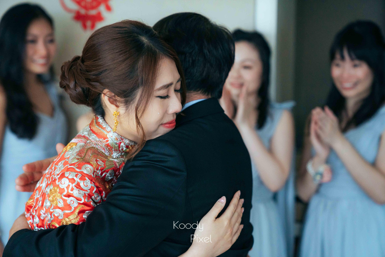 擁抱爸爸時,終於忍不住流下感人的眼淚。