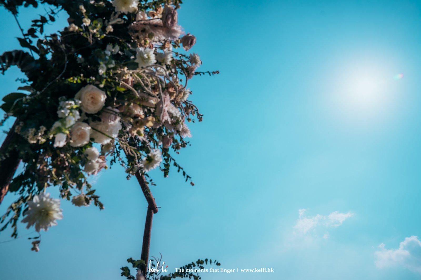 藍天白雲當中,朋友對我倆落下一個又一個愛的祝福