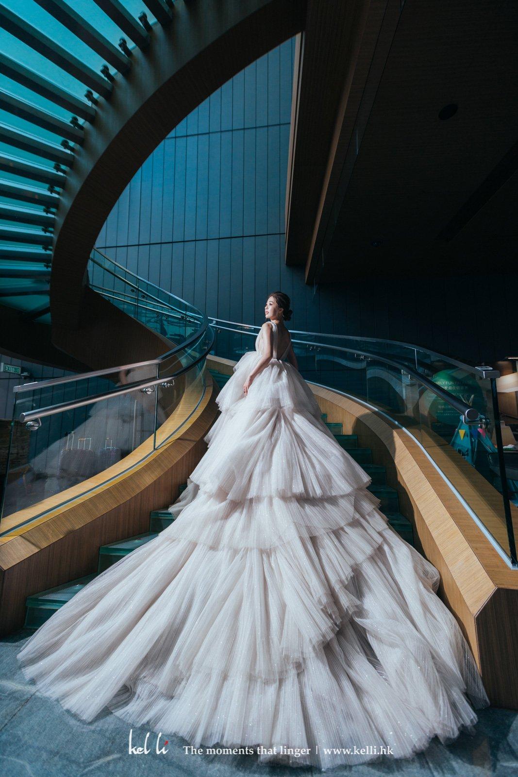 超華麗的長婚紗拖尾,也只有樓梯才能好好展示這氣派
